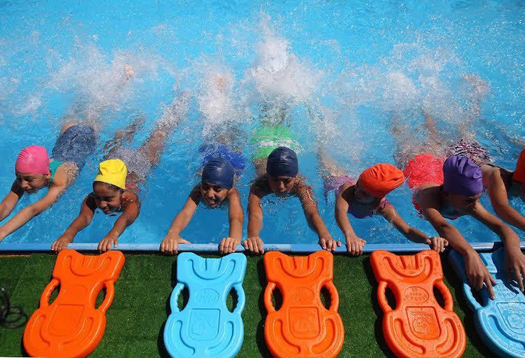 Çocuklar için çocuk havuzları (fotoğraf). Anneler ile çocuklar için çocuk havuzu