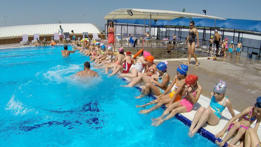 Bayraklı'da yüzme havuzu dolup taşıyor!