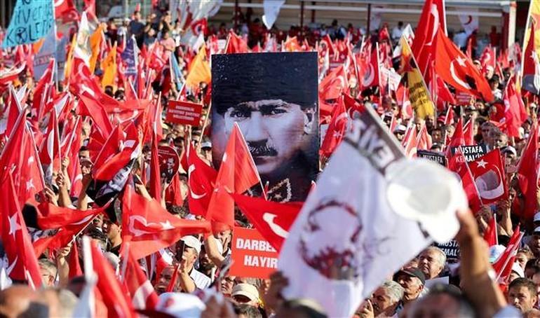 Türkiye Taksim'de 'Cumhuriyet ve Demokrasi' için tek yürek!